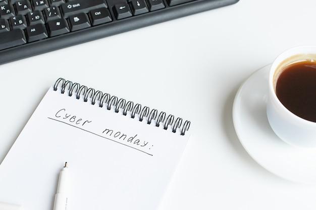 Simsen sie cyber montag, der auf geöffnetes notizbuch, sketchbook geschrieben wird. flache lage, draufsicht, kopienraum.