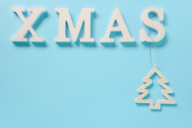Simsen sie weihnachten von den weißen buchstaben und vom weihnachtsdekorationsbaumspielzeug
