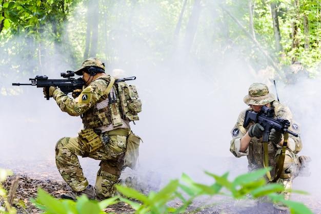 Simulation des schlachtplans. das militär hat die terroristen im wald angegriffen