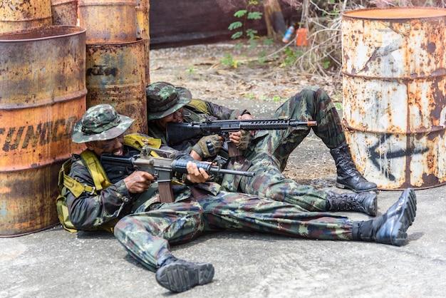 Simulation des schlachtplans. zwei militärs verwendeten maschinengewehre, um den feind zu bekämpfen