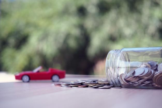 Simulationsautos und münzenstapel aus flaschen