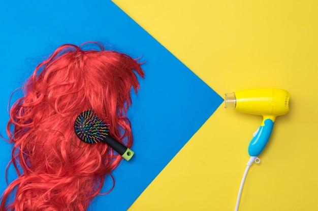 Simulieren sie den luftstrom vom fön zum haar mit einem kamm. haarpflegekonzept. erstellen sie einen neuen stil.