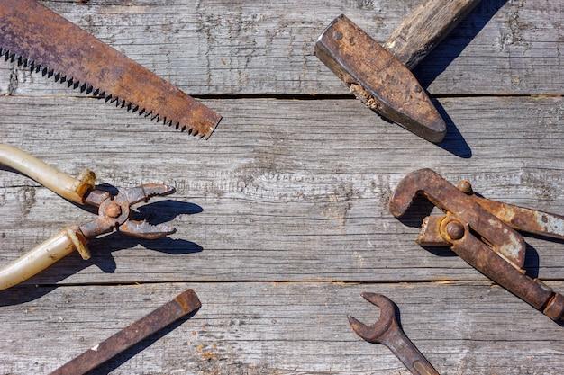 Sind die werkzeuge auf hölzernen hintergrundhammerzangen