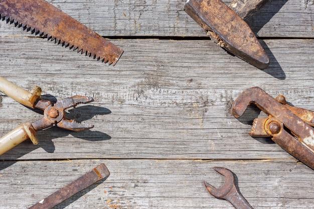Sind die werkzeuge auf hölzernen hintergrundhammerzangenschlüssel