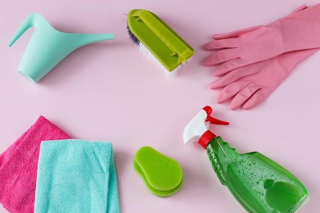 Sind tücher, einmalhandschuhe, eine bürste, eine gießkanne, ein reinigungsmittel und ein schwamm.
