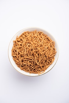 Singada oder singhara knoblauch sev, namkeen shev ein vrat-essen aus wasserkastanien, serviert in einer schüssel