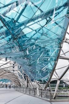 Singapur - 12. februar: blick auf die helix-brücke in singapur am 12. februar 2012. zwei nicht identifizierte personen