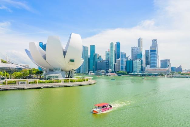 Singapur - 16. juli 2015: blick auf marina bay. marina bay ist eine der berühmtesten touristenattraktionen in singapur.