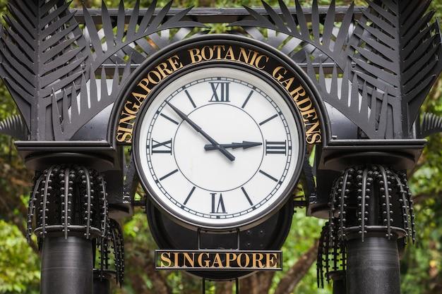 Singapur - 17. oktober 2014: alte uhr im botanischen garten von singapur.