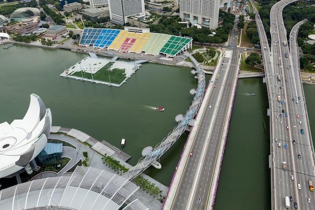 Singapur - 3. februar: blick auf die dna-inspirierte helix-brücke, die den yachthafen in singapur am 3. februar 2012 überspannt