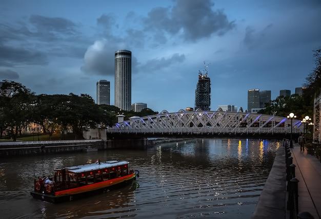 Singapur - 9. dezember 2014: abendansicht des singapore river. die singapore river cruise ist eine touristenattraktion in dieser ehemaligen britischen kolonie.
