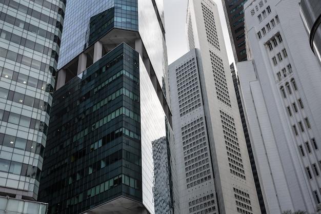 Singapur - 9. dezember 2014: blick auf wolkenkratzer in singapur. singapur ist das viertgrößte finanzzentrum der welt.