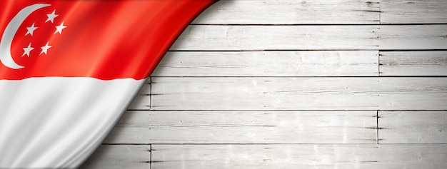 Singapur-flagge auf alter weißer wand. horizontales panorama-banner.