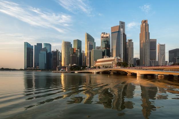 Singapur skyline bei sonnenaufgang in marina bay