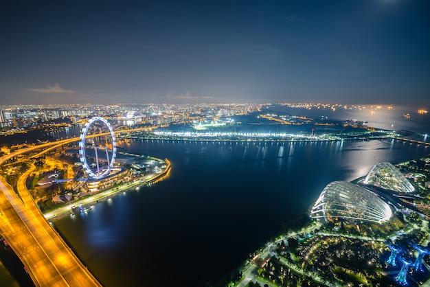 Singapur-skyline und ansicht von wolkenkratzern auf marina bay in der dämmerung.