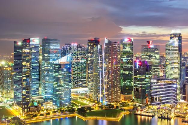 Singapur skyline zur sonnenuntergangszeit in singapur stadt