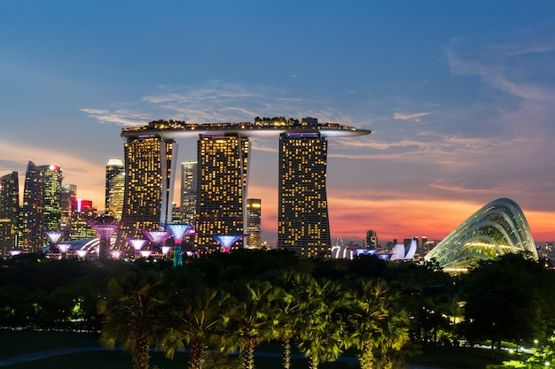 Singapur-skylinestadtbild auf zeit des jachthafens und des sonnenuntergangs in der dämmerung