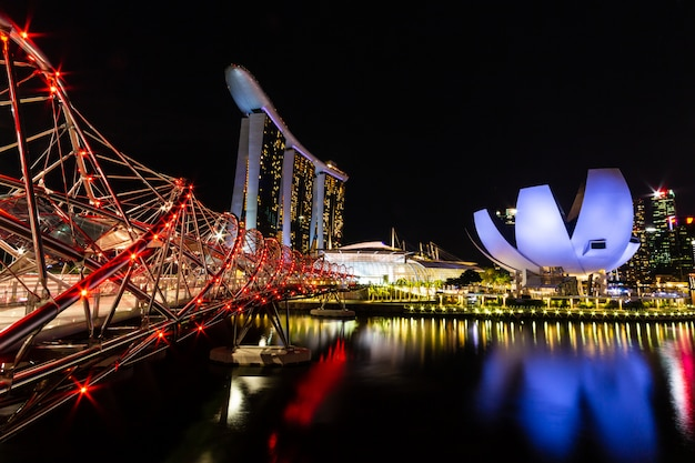 Singapur-skylinestadtbild um jachthafenbucht nachts.