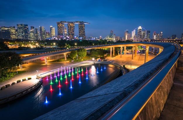 Singapur-stadt skyline und ansicht von wolkenkratzern auf marina barrage in der twilight zeit.