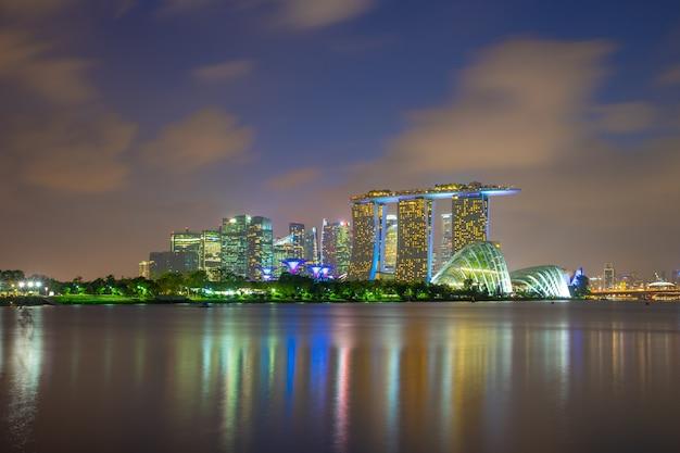 Singapur-stadtskylineansicht von marina barrage in singapur