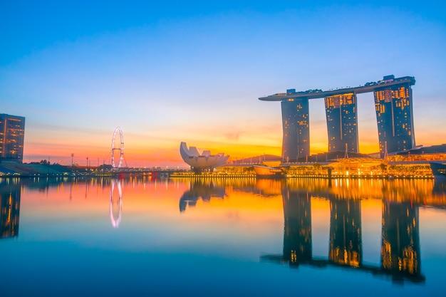 Singapur. viele sehenswürdigkeiten in marina bay. morgen mit sonnenaufgang hinter dem hotel