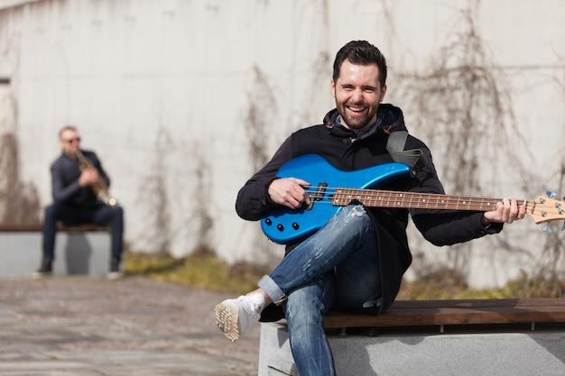 Singen gitarrist und trompeter im hintergrund