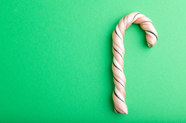 Single cane candy auf grünem pastell