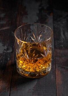 Single malt scotch whisky in kristallglas auf holztisch