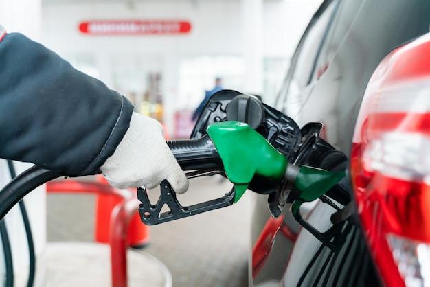 Sinkende gaspreise. betanken des fahrzeugs mit benzin an der stadttankstelle