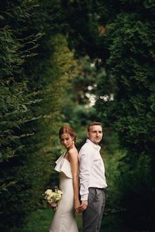 Sinnlich schöne braut und hübscher bräutigam, die sich zurücklehnen