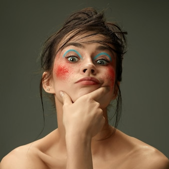 Sinnlich. schönes weibliches gesicht mit perfekter haut und hellem make-up. konzept der natürlichen schönheit, hautpflege, behandlung, gesundheit, spa, kosmetik. ein kreativer künstlerischer bühnenakt und charakteristischer charakter.