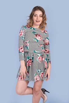 Sinnliche attraktive frau im kleid