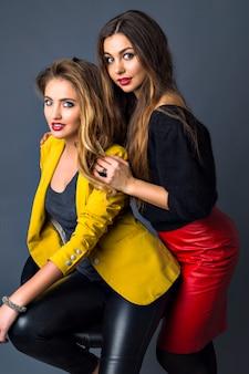 Sinnliche nahaufnahme porträt von zwei hübschen sexy frau, perfekte haut, trendiges rauchiges make-up, volle lippen, lange blonde und brünette haare,