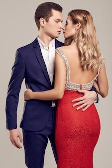 Sinnliche schöne junge paare kleideten in der formalen kleidung an