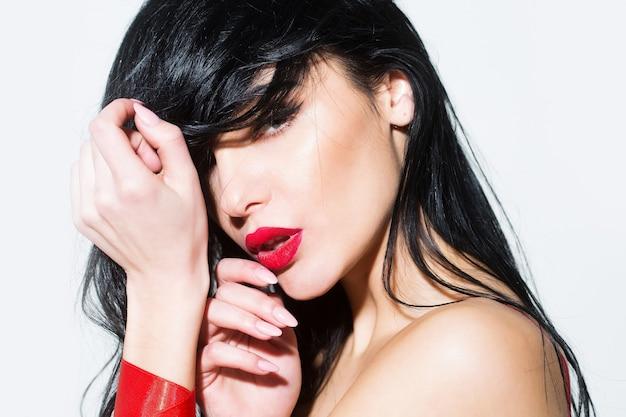 Sinnliches frauenschönheitsgesichtsporträt verführen sinnliches weibliches porträt sexy verführerisches mädchen schöne junge frau mit roten lippen