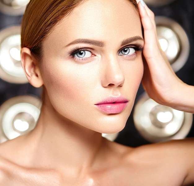 Sinnliches glamouröses schönes frauenmodell mit frischem täglichem make-up mit nackter lippenfarbe und sauberem gesundem hautgesicht