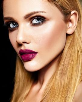 Sinnliches glamourporträt der schönen blonden frau model lady mit frischem täglichen make-up mit lila lippenfarbe und sauberer gesunder haut