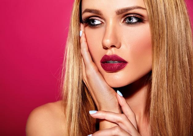 Sinnliches glamourporträt der schönen blonden frau model lady mit frischem täglichen make-up mit rosa lippenfarbe und sauberer gesunder haut