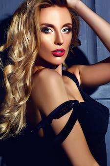 Sinnliches glamourporträt der schönen heißen blonden frau model dame mit frischem täglichen make-up mit roter lippenfarbe und sauberem gesundem hautgesicht
