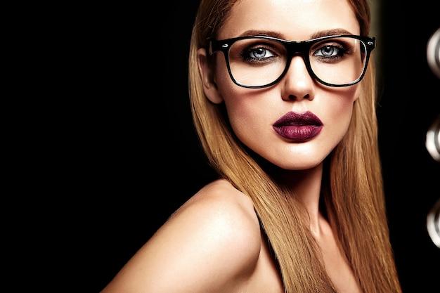 Sinnliches glamourporträt des schönen blonden frauenmodells mit frischem täglichem make-up mit lila lippenfarbe und sauberer gesunder haut in gläsern
