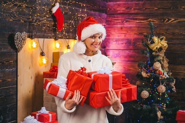 Sinnliches mädchen zu weihnachten. weihnachtszeit. spaß haben. wahre gefühle. winterfrau mit rotem weihnachtsmannhut. frohes neues jahr