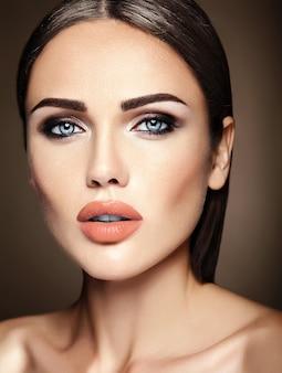 Sinnliches zauberporträt vorbildlicher dame der schönheit mit neuem täglichem make-up mit nackten lippen färben und säubern gesundes hautgesicht