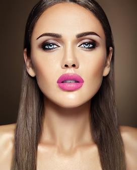 Sinnliches zauberporträt vorbildlicher dame der schönheit mit neuem täglichem make-up mit rosa lippenfarbe und sauberem gesundem hautgesicht