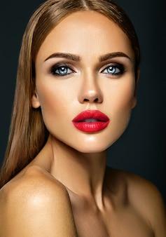 Sinnliches zauberporträt vorbildlicher dame der schönheit mit neuem täglichem make-up mit roter lippenfarbe und sauberem gesundem hautgesicht