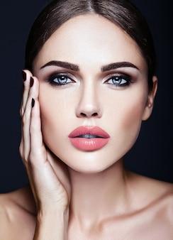 Sinnliches zauberporträt vorbildlicher dame der schönheit mit neuem täglichem make-up und sauberem gesundem hautgesicht