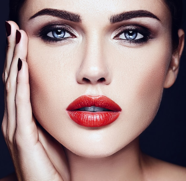 Sinnliches zauberportrait der vorbildlichen dame der schönen frau mit roten lippen färben und säubern gesundes hautgesicht