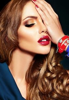Sinnliches zauberportrait des schönen frauenbaumusters mit neuem täglichem make-up mit roter lippenfarbe und sauberer gesunder haut.