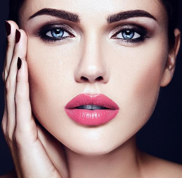 Sinnliches zauberportrait vorbildlicher dame der schönen frau mit rosafarbener lippenfarbe und sauberem gesundem hautgesicht