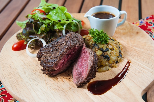 Sirlon steak auf hölzerner platte