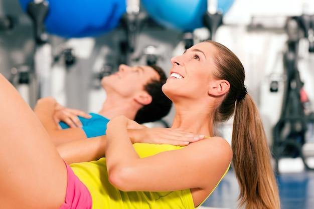 Sit-ups im fitnessstudio für fitness